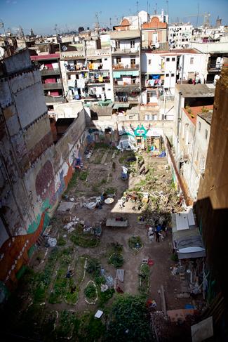 El solar entre los edificios en las calles estrechas del Raval, Huerto del Xino