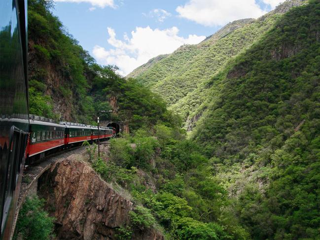 El Ferrocarril a través de la Barranca