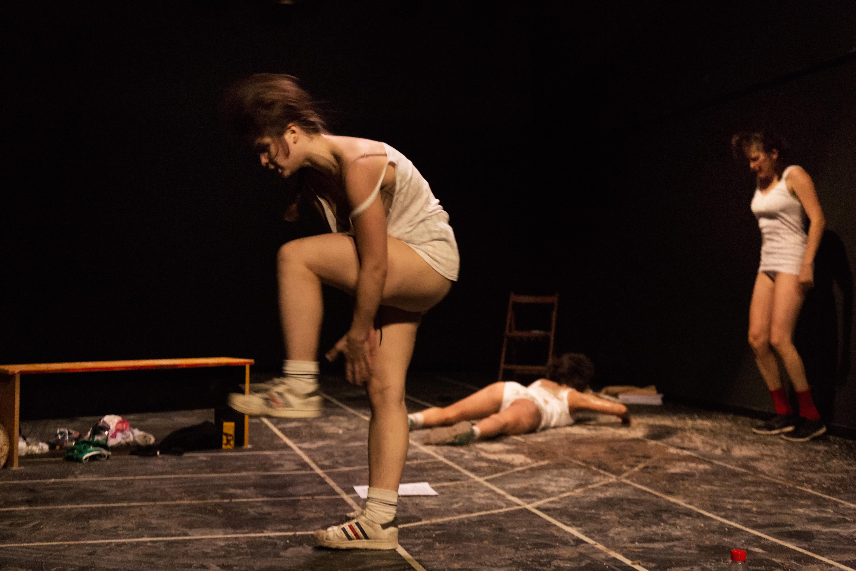 Fotografías de teatro de la pieza Projecte 92 del Collectiu Las Huecas, realizadas en el Antic Teatre